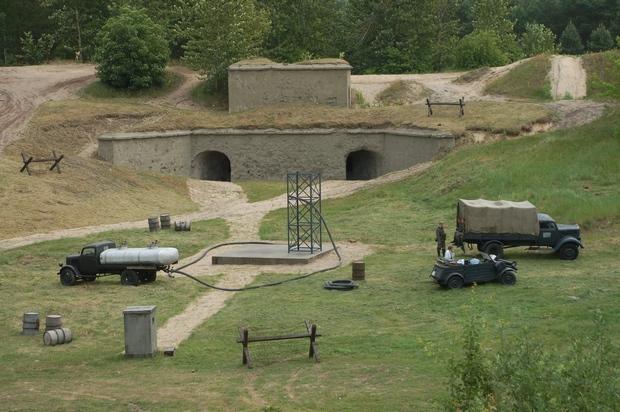 """Plan zdjęciowy serialu """"Czas honoru"""" na ternie fortu w Beniaminowie"""