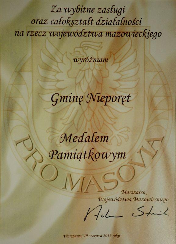 """Medal Pamiątkowy """"Pro Masovia"""" jest wyróżnieniem okolicznościowym nadawanym za całokształt działalności zawodowej, społecznej, publicznej lub realizacją swoich zadań na rzecz Województwa Mazowieckiego wybitnie przyczyniły się do gospodarczego, kulturalnego lub społecznego rozwoju Mazowsza."""